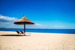 Fridsamt skydd för sol för strandsemesterort arkivbild