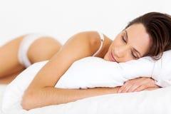 Fridsamt sova för kvinna Royaltyfria Foton
