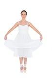 Fridsamt ungt balettdansöranseende på henne tåspetsarna royaltyfria foton
