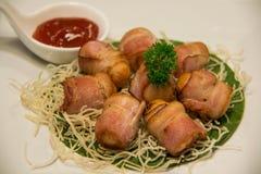 Fried Bacon Wrapped Sausage profundo com molho fotos de stock royalty free