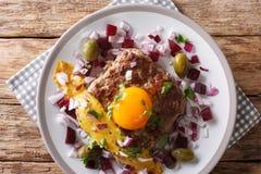 Fried Beef Tartare eller parisisk biff - Pariserbof med ägget, veg fotografering för bildbyråer