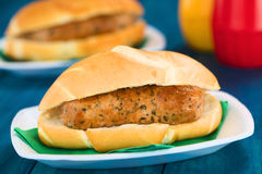 Fried Bratwurst en bollo Imagen de archivo libre de regalías