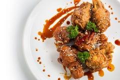 Fried Breaded Chicken Wings profundo picante aislado en el backgro blanco Fotos de archivo