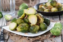 Fried Brussel Sprouts con il prosciutto fotografia stock