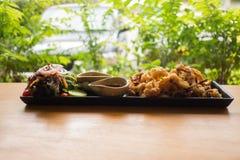 Fried Calamari met Sauskom Stock Fotografie
