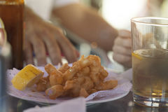 Fried Calamari på cocktailpinnen som äter ut i Spanien Tapas Royaltyfria Foton