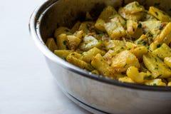 Fried Celery Slices met Peterselie in Pan stock afbeeldingen