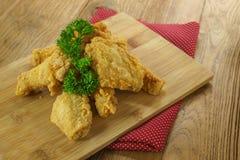 Fried Chicken, ailes de poulet frit croustillantes de plat en bois, persil photographie stock libre de droits
