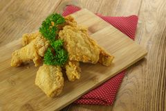 Fried Chicken, asas de frango frito friáveis na placa de madeira, salsa Fotografia de Stock Royalty Free