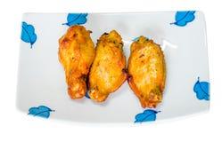 Fried Chicken auf weißer Platte auf Hintergrund Lizenzfreie Stockbilder