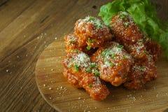 Fried Chicken avec de la sauce à ail, ailes de poulet frit croustillantes avec photos stock