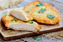 Fried Chicken Chop Hem- stekt kycklingkotlett på ett träbräde Lantlig stil closeup Arkivfoto