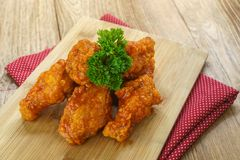 Fried Chicken com molho de alho, asas de frango frito friáveis com Fotos de Stock