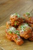 Fried Chicken com molho de alho, asas de frango frito friáveis com Foto de Stock Royalty Free
