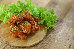 Fried Chicken com molho de alho, asas de frango frito friáveis com Fotografia de Stock Royalty Free