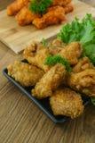 Fried Chicken com molho de alho, asas de frango frito friáveis em quadrado Fotografia de Stock
