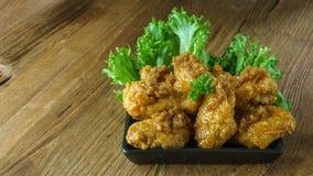 Fried Chicken com molho de alho, asas de frango frito friáveis em quadrado Imagem de Stock Royalty Free