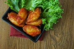 Fried Chicken com molho de alho, asas de frango frito friáveis em quadrado Fotografia de Stock Royalty Free
