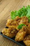 Fried Chicken com molho de alho, asas de frango frito friáveis em quadrado Foto de Stock Royalty Free