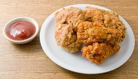 Fried Chicken com molho em um prato branco Fotografia de Stock