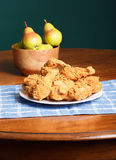 Fried Chicken em Placemat azul e bacia de peras foto de stock