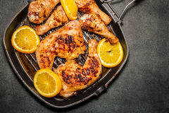 Fried chicken. On grill pan with sliced oranges Stock Photography