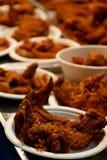 Fried Chicken i pappers- kopp av Thailand gatamat royaltyfri bild
