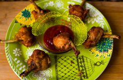 Fried Chicken Lollipops con la salsa de tomate Fotos de archivo libres de regalías