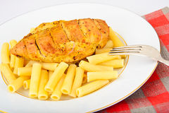 Fried Chicken med pasta Penne Arkivbild