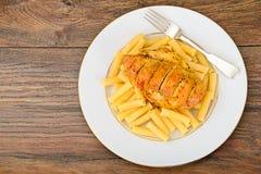 Fried Chicken med pasta Penne Royaltyfria Foton