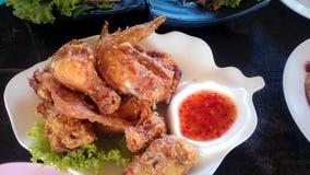 Fried Chicken met Hete Saus een uitstekend lunchmenu Stock Foto's