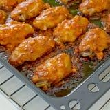 Fried Chicken New Orleans dulce y picante en la bandeja lista para servir Imagen de archivo libre de regalías