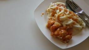 Fried Chicken, ost och Udon Arkivbild