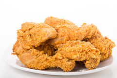 Fried Chicken sul piatto e sul fondo bianchi Immagine Stock