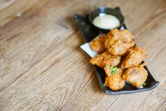 Fried Chicken Teriyaki com molho da maionese foto de stock