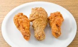 Fried Chicken Wings en un plato blanco Fotos de archivo