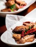 Fried Chicken Wings no prato no jantar Imagem de Stock