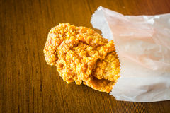 Fried Chicken Wings no saco de papel na tabela de madeira Imagem de Stock Royalty Free