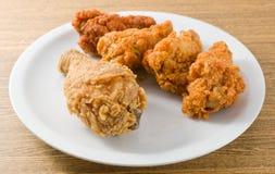 Fried Chicken Wings profundo en el plato blanco Fotos de archivo