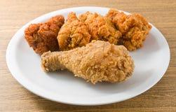 Fried Chicken Wings profundo en un plato blanco Imagen de archivo