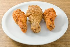 Fried Chicken Wings sur un plat blanc photos libres de droits