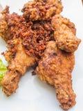 Fried Chicken Wings und Currysoße mit Kräutern Stockfotos