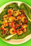 Fried Chinese Style Chilli Prawns sur un lit de Pak Choi cuit à la vapeur G photos stock