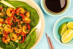 Fried Chinese Style Chilli Prawns sur un lit de Pak Choi cuit à la vapeur G image stock