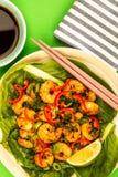 Fried Chinese Style Chilli Prawns sur un lit de Pak Choi cuit à la vapeur G photo libre de droits