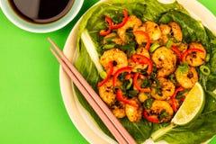Fried Chinese Style Chilli Prawns sur un lit de Pak Choi cuit à la vapeur G images libres de droits