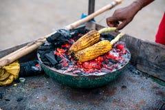 Fried Corn på kol på den Arambol stranden indisk stil arkivfoton