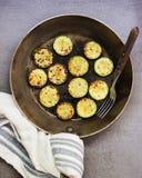 Fried Courgette i en kastrull Royaltyfria Foton