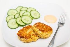 Fried Crab Cakes com pepinos cortados Foto de Stock Royalty Free
