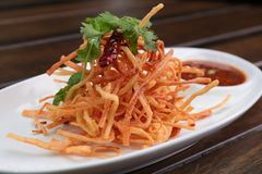 Fried Crab Sticks avec Chili Sauce doux Image stock